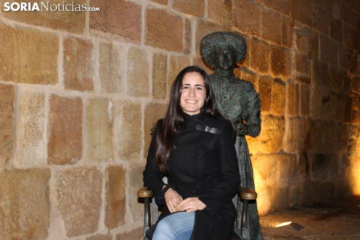 Cristina Juarranz sentada en la silla que sujeta Leonor Izquierdo en la plaza Mayor. SN