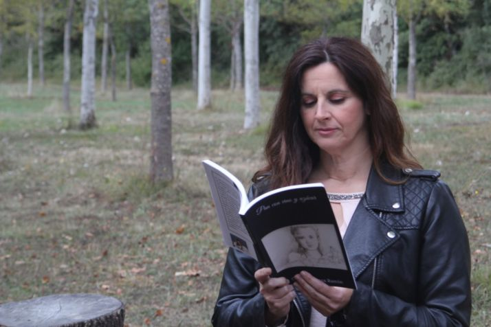 Cristina Romea lee 'Pan con vino y azúcar', su obra situada en Peñalcázar. Cedida