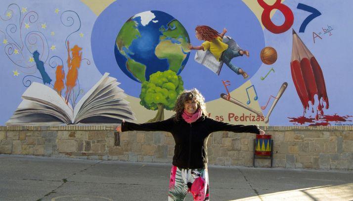 Eva Carballares junto al mural que ha realizado en Las Pedrizas.