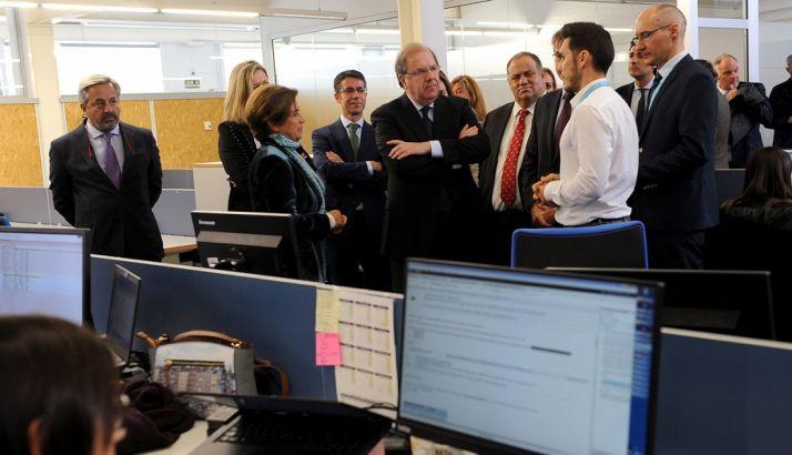 El presidente, en el centro, en su visita a Viewnext este martes. /Jta.