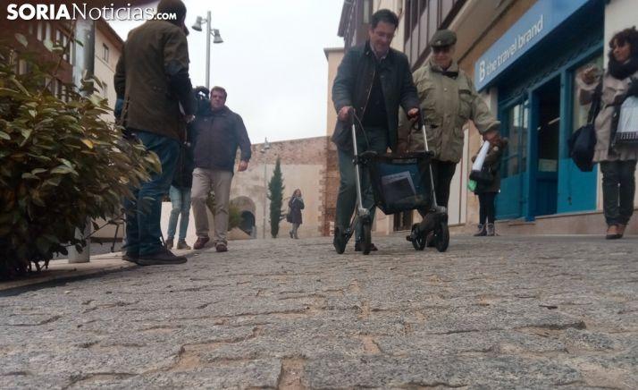 Tomás Mallol, (dcha.), junto a Javier Martín en la plaza del Vergel este martes. /SN