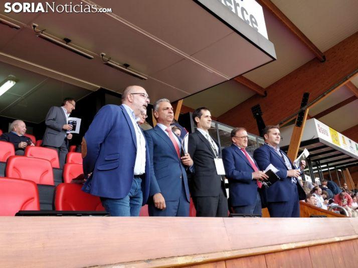 El nuevo presidente del Numancia, con corbata roja, en el palco.