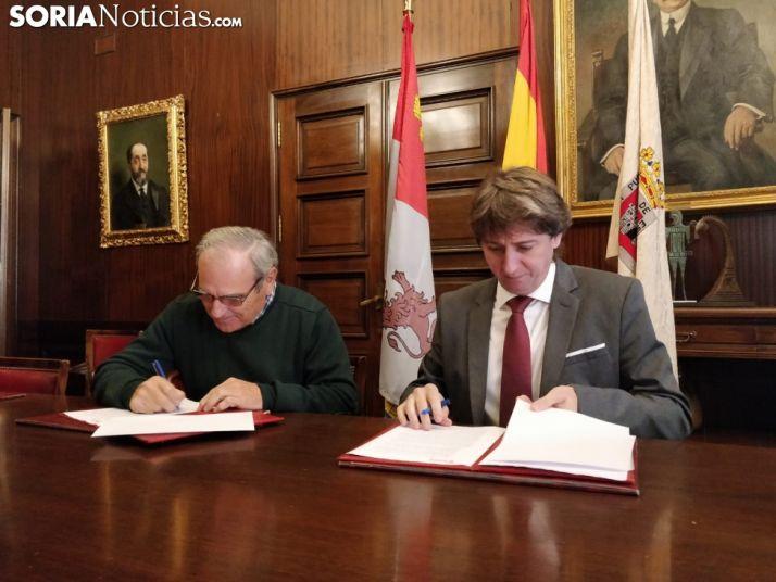 Ignacio Gutiérrez y Carlos Martínez en la firma del convenio.