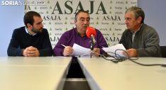 Gómez, en el centro, acompañado por Alejando Aguado, secretario (izda.) y por el tesorero, Eduardo Pacheco. /SN