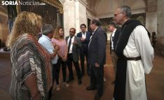 Representantes de admnistraciones oficiales en su visita al monasterio tras la riada. /SN