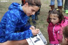 Marta firmó autógrafos en los dorsales de las atletas sorianas más pequeñas. SN