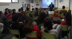 El empresario, en su encuentro con los alumnos del IES.