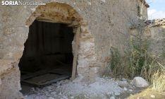 Portada de la ermita de la Mercadera, en Rioseco, completamente arrancada.