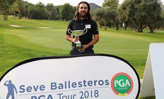El golfista soriano, con el trofeo en Castellón.