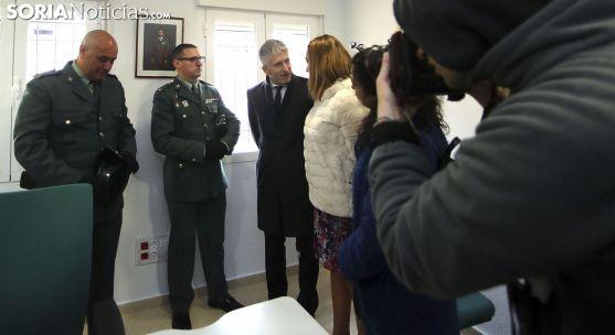 El ministro, con la delegada del Gobierno, en su visita al cuartel de Berlanga. /SN