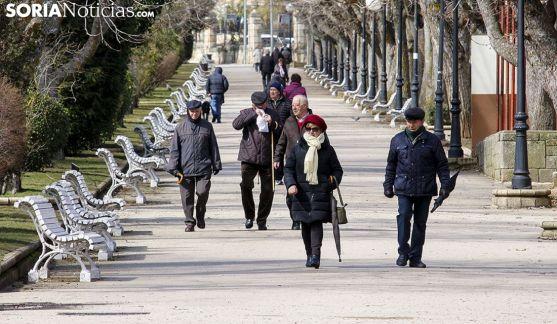 Jubilados paseando por la Alameda de Cervantes, en la capital soriana. /Freddy Páez