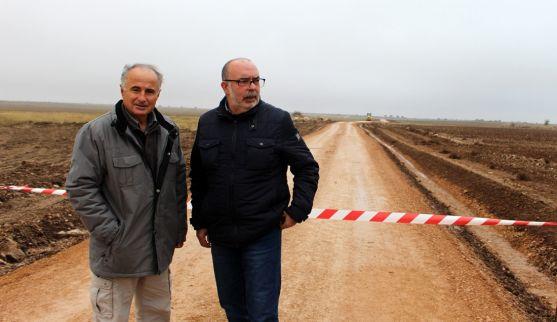 Antón (izda.) y Latorre este martes en un camino de Villasayas. /SdG