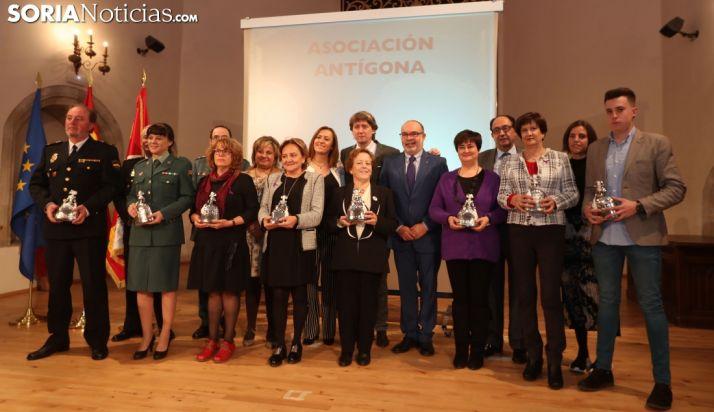 Foto de familia con los galardonados. /SN