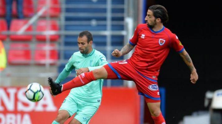 Víctor Díaz y Marc Mateu disputan un balón en Los Pajaritos. LaLiga