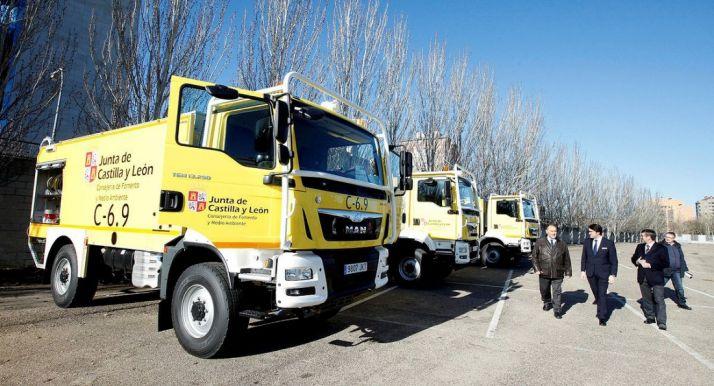 Camiones autobomba de la Junta para combatir fuegos forestales.