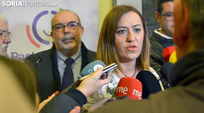 Virgina Barcones, con el subdelegado del Gobierno, Miguel Latorre, este jueves en el Aula Tirso de Molina. /SN