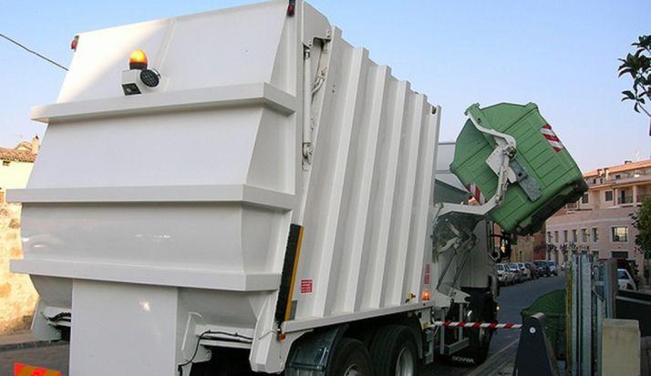 Un camión de recogida en El Burgo.