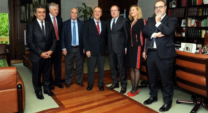 Imagen de representantes argentinos y con responsable de la Junta.