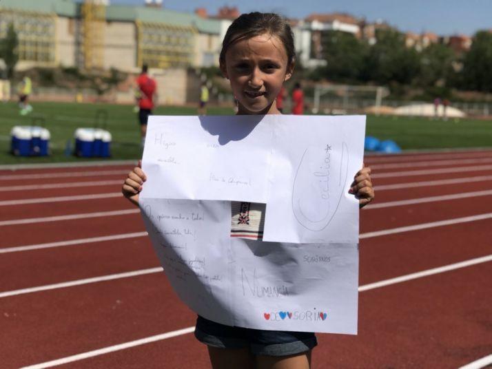 Cecilia, la niña del Numancia, enseña un cartel en un entrenamiento en el Anexo de Los Pajaritos. CD Numancia
