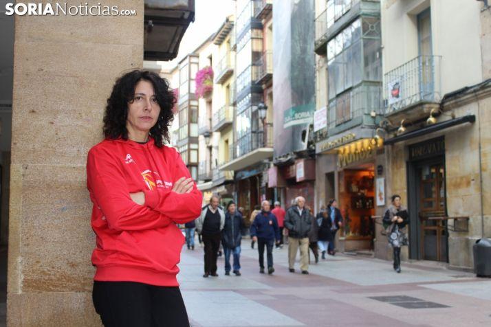 Marina Peña, campeona del Ranking Duatlón Cross, apoyada en una columna de El Collado. SN