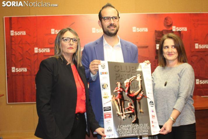 El CD Patín de Soria y el concejal de Deportes, Ángel Hernández, presentan el I Campeonato de Patinaje Artístico Ciudad de Soria en el Ayuntamiento. SN