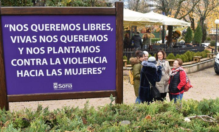 Foto 1 - La Dehesa acoge un espacio ajardinado para 'plantarse ante el machismo' dentro del 25N