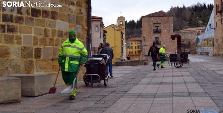 Empleados del servicio municipal de limpieza en labores en la plaza Mayor de Soria. /SN