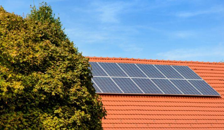 Paneles solares en una cubierta.