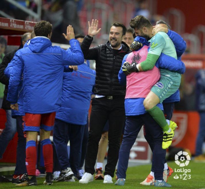 El banquillo del Numancia festejando el segundo gol. LFP