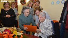 María recibe un escrito de una residente de la Fuente del Rey. /SN