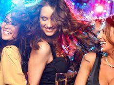 Tres mujeres jóvenes, en una fiesta. Imagen de archivo