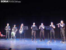 Cuatro grupos de gaiteros y los danzantes deleitan al Palacio de la Audiencia. SN
