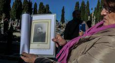 Una nieta de Anastasio Vitoria con el retrato de su abuelo. /Óscar Rodríguez
