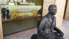 Escultura de Antonio Machado en el Instituto que lleva su nombre en la capital de Soria.