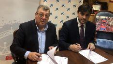 Víctor Martín (izda.) y Rodrigo Martínez en la rúbrica del acuerdo. /CDN