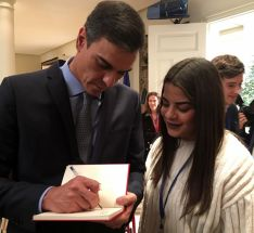 La alumna con el presidente. /IES Machado