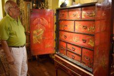Marín, observando un mueble de sus interesantes colecciones de arte y mobiliario.