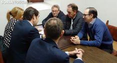 De frente, Luciano Hernández (izda.), Benito Serrano y Gustavo Martínez con el Consejero este viernes en una de las dependencias del Aula Tirso de Molina. /M-Audiovisuales