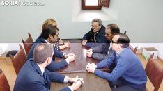 Los alcaldes (dcha.) con el consejero (ctro izda.) la presidenta del PP soriano y el secretario de la Delegación Territorial de la Junta, este viernes en una de las dependencias del Aula Tirso de Molina. /M-Audiovisuales