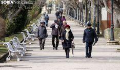 Jubilados paseando por la Alameda Cervantes, en la capital. /SN