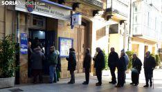 Una de las filas ante una administración de lotería en la capital. /SN