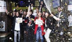 Agraciados celebrando un premio durante el 22 de diciembre.