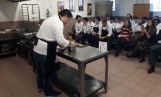 Juan Carlos Benito con alumnos de Cantabria. /TS