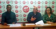 Pérez (ctro.), acompañado por Beatriz Cabeza y por Germán Peralta, presidenta y secretario del comité de Aleia. /SN