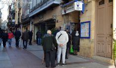 Una fila en Soria ante una administración de lotería. /SN