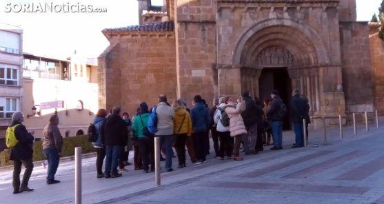 Un grupo de turistas en las inmediaciones de la iglesia de San Juan de Rabanera. /SN