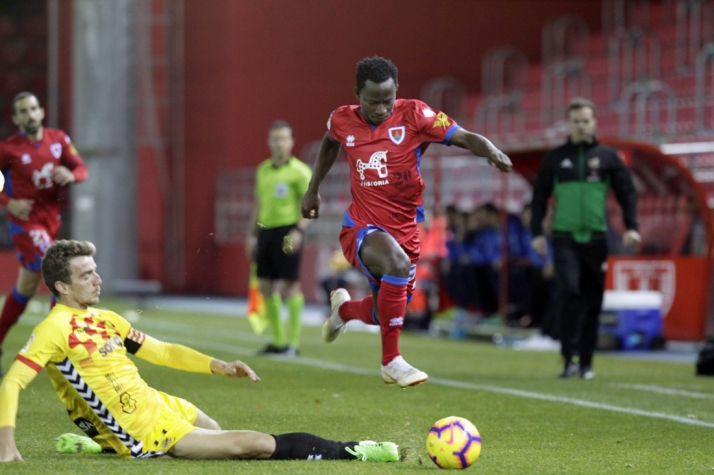 Yaw Yeboah se va en velocidad ante un defensor tarraconense. LaLiga