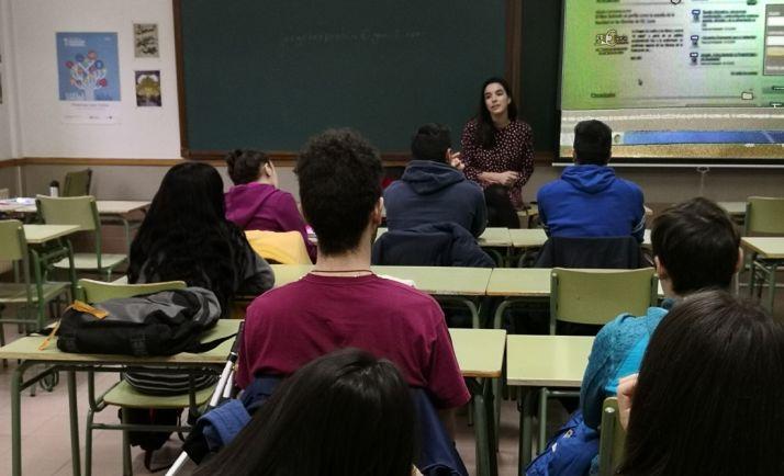 La joven empresaria, con alumnos del IES. /FOES