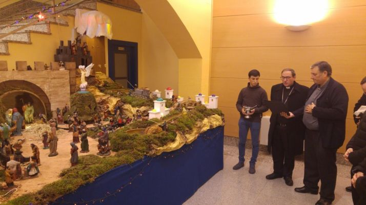 Una imagen de este tiempo navideño en torno al pastor diocesano.