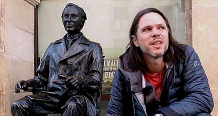 Olsen, junto a la estatua de Machado al lado del IES que lleva el nombre del poeta.